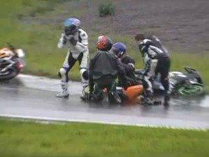 Video escándalo: Motociclista finge accidente para parar la carrera