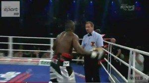 Video: Boxeador ataca al referee luego de perder