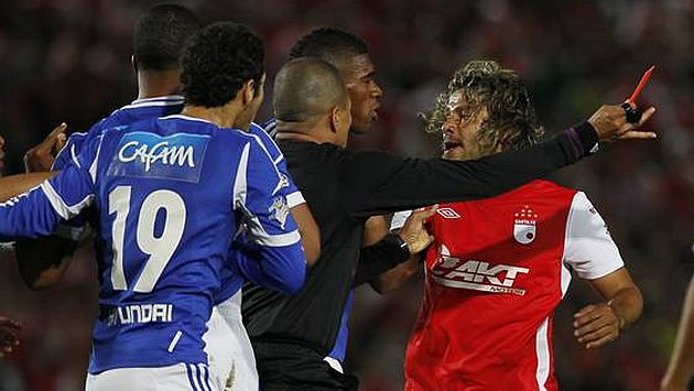 Expulsan 15 partidos a futbolista por patear la cabeza a un rival - Video
