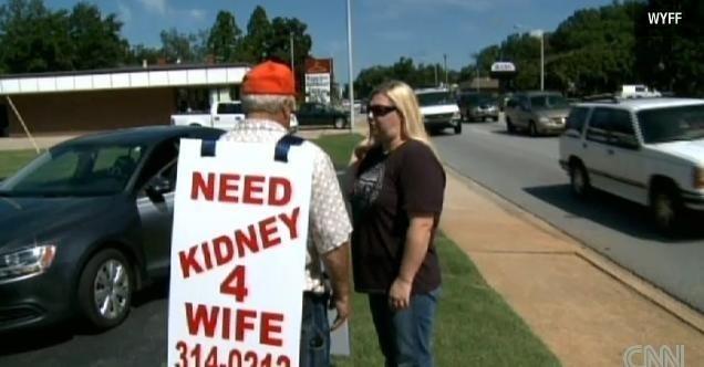 Un hombre mendiga un riñón para su esposa