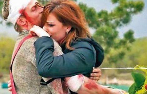 Video: Finge su muerte para pedirle matrimonio a su novia