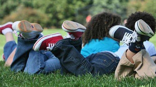 Los riesgos de que los niños usen zapatillas todos los días