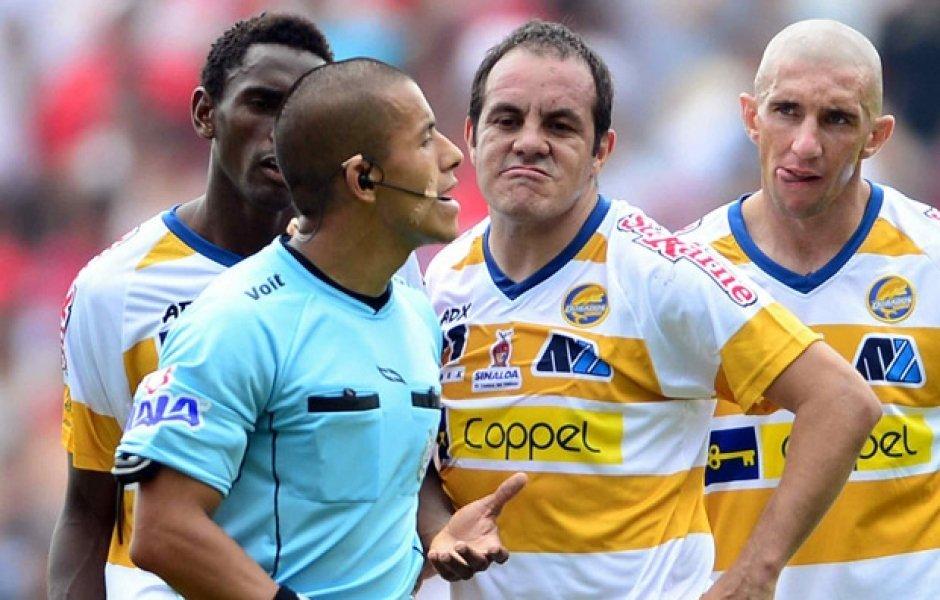 Video: Cuauhtémoc Blanco se mofa del árbitro