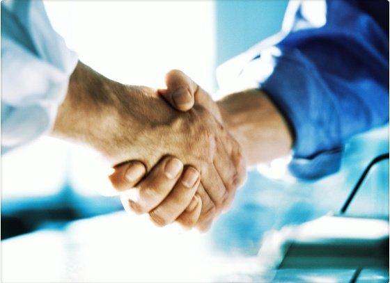 Por qué debes estrechar la mano al presentarte