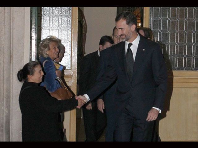 Mendiga le pidió dinero al Príncipe Felipe y el le dió la mano