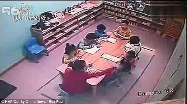 Video terrible: maestra golpea a sus alumnos de preescolar
