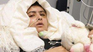 Malala Yousafzai, atacada por talibanes, ya se comunica por escrito