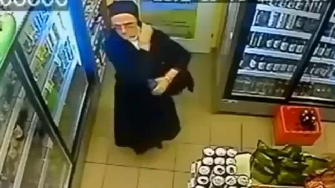 Video: Monja infraganti robando bebidas alcohólicas