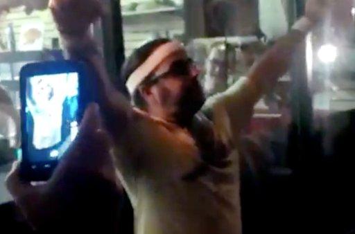 Video: Murió luego de ganar un concurso de comer cucarachas vivas