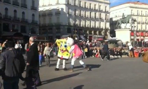 Video: Pelea callejera entre Bob Esponja y Hello Kitty