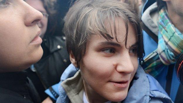 Una integrante de Pussy Riot queda en libertad