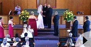 Video insólito: Hombre sin ropa irrumpe en la iglesia en plena boda