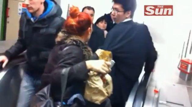 Video: Borracho intenta bajar escalera mecánica al revés