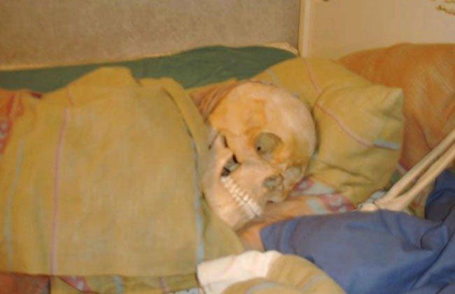 Mujer va presa por tener intimidad con esqueletos