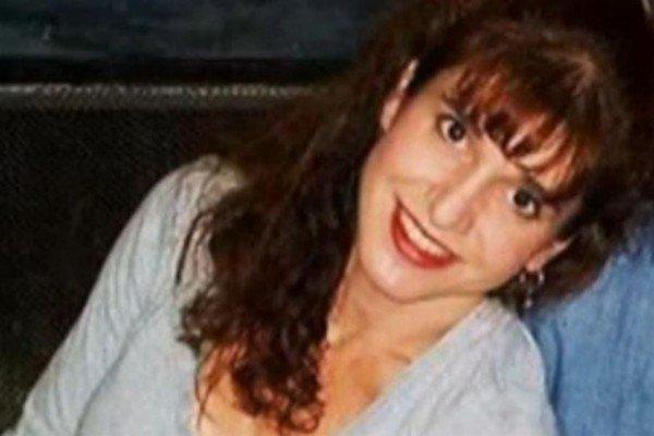 Denuncia a un policía por romperle un implante mamario