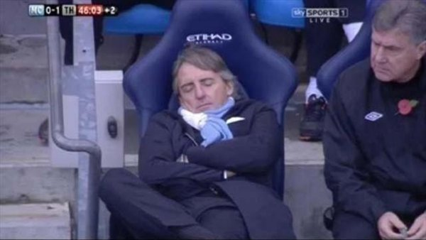 El DT del Manchester City se duerme en pleno partido