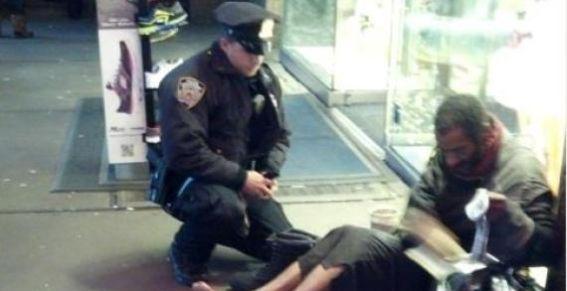 Foto: Policía solidario arropa a indigente