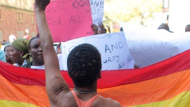 Condenan a un hombre por enviar mensajes gay