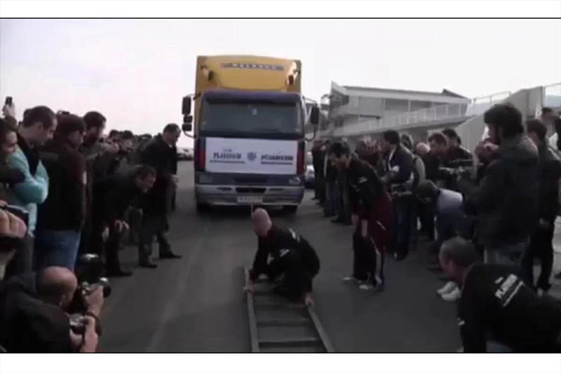 Video increíble: Hombre remolca un camión con su oreja