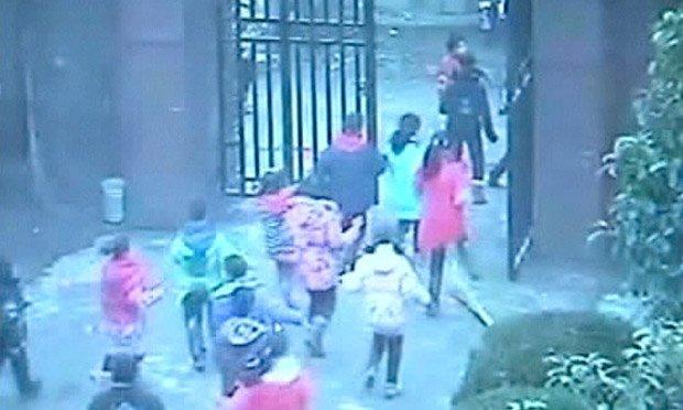 Video fuerte: Ataca con cuchillos a niños en escuela china
