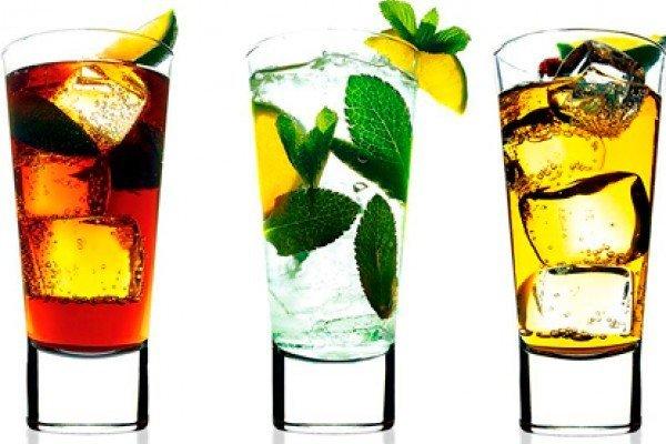 Cómo saber si alguien vierte droga en tu bebida