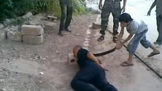 Video fuerte: Niño sirio decapita a militar preso