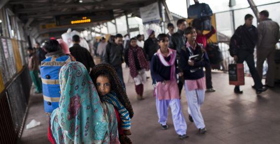 Prohíben a mujeres el uso de celulares en público