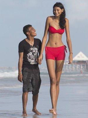 Video: La adolescente más alta del mundo y su novio