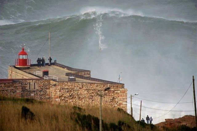 Video: Surfean la ola más grande jamás vista