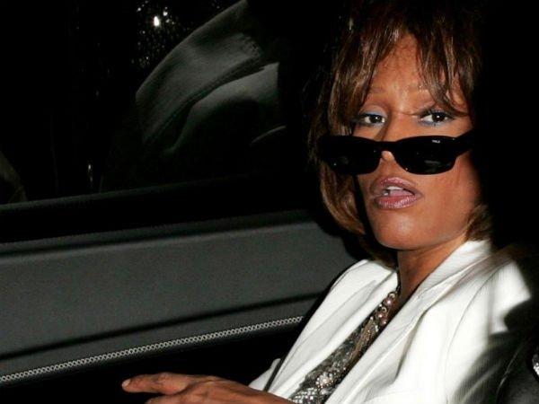 ¿Quién introdujo en las drogas a Whitney Houston?