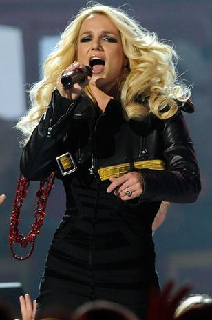 ¿Britney Spears no canta en el álbum 'Femme Fatale'?