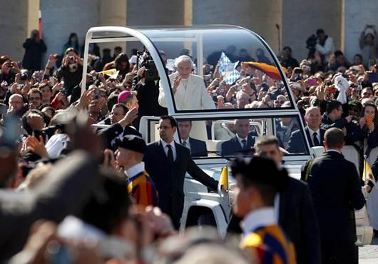 La despedida del papa Benedicto XVI en la Plaza de San Pedro - Fotos