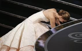 Video: Jennifer Lawrence se cae al recibir el Oscar por mejor actriz