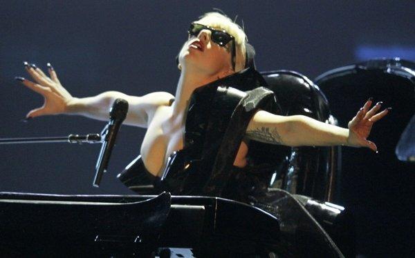 Lady Gaga cancela conciertos por operación de la cadera