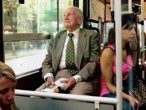 El padre de la reina de Holanda viaja en transporte público