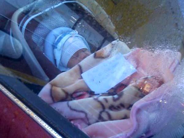 Deja a su hijo recién nacido en el auto y se va de shopping
