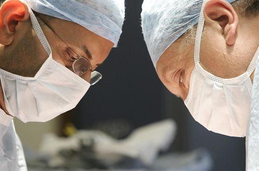 Mujer se somete a cirugía para parecerse a la esposa muerta de su pareja