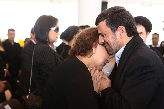 Polémica por la foto del presidente iraní con la madre de Hugo Chávez