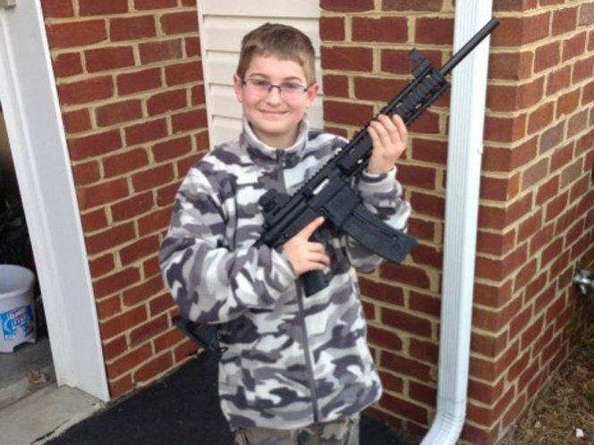 Polémica: Niño de once años posa con arma que le regaló su padre
