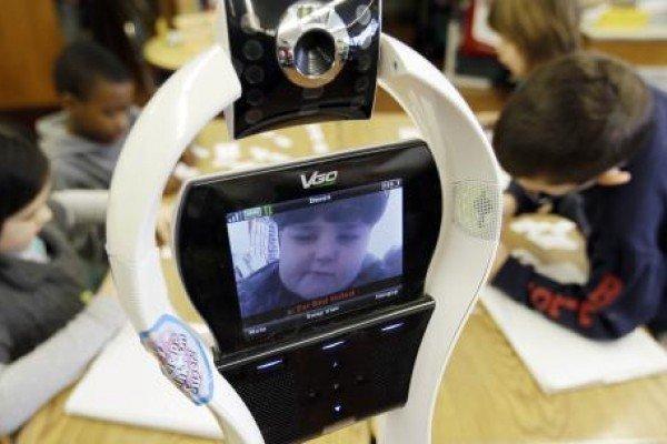 Niño no puede asistir a clases y envía un robot en reemplazo