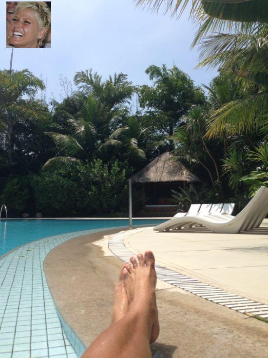 Foto de Xuxa tomando sol en su mansión