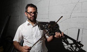 Crea instrumentos musicales con los restos de armas donadas