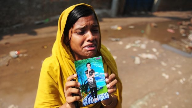 Aumenta a 304 los muertos por desplome de edificio en Bangladesh