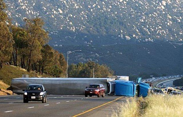 Insólito: roba camión y hiere a siete huyendo de 'zombies'