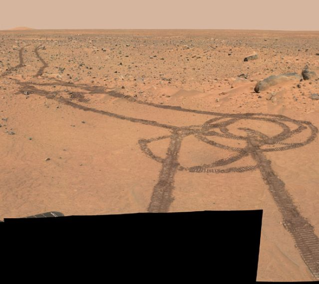 Foto: Curiosity deja senda fálica en Marte