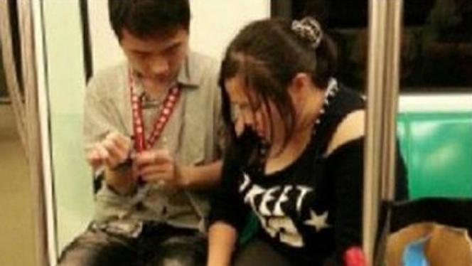 Video: Adolescentes intiman en pleno tren repleto!!