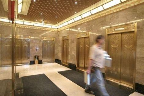 Hombre sobrevive cuatro días encerrado en un ascensor