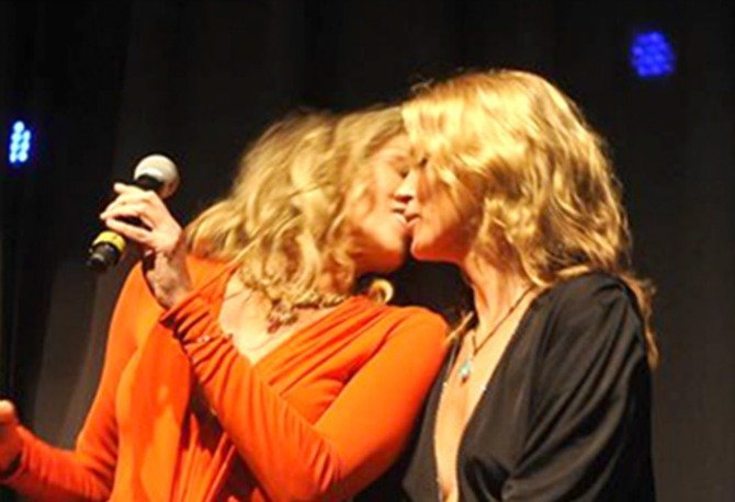 Beso lésbico entre Sharon Stone y Kate Moss - Foto