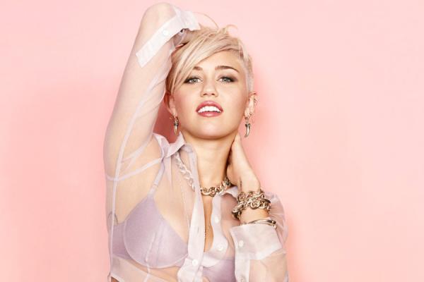 Miley Cyrus muestra de más en la calle - Fotos