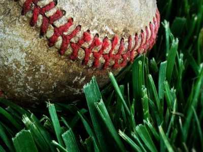 Video: Atrapa pelota de béisbol mientras carga a su hijo